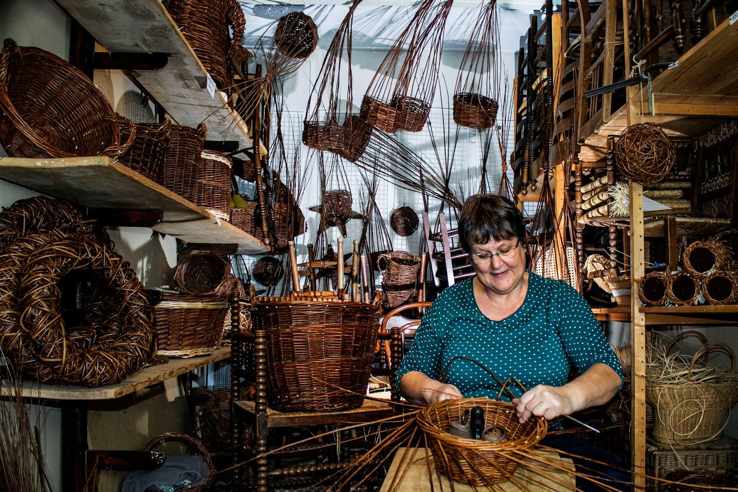 Mandenvlechten - live ambachten uitvoeren Oude Ambachten & Speelgoed Museum te Terschuur