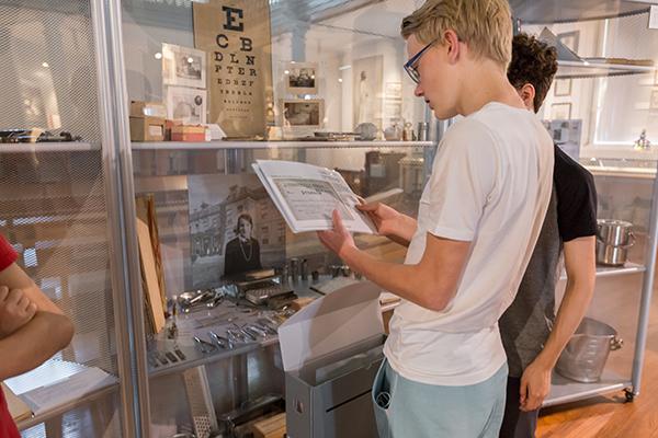 Twee jongeren bekijken een expositie in het museum